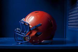 capacete de futebol no armário foto