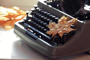 outono de conceito de máquina de escrever antiga foto
