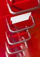 armário de arquivo vermelho com cartão em branco foto
