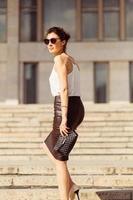 retrato de mulher de negócios em óculos de sol foto