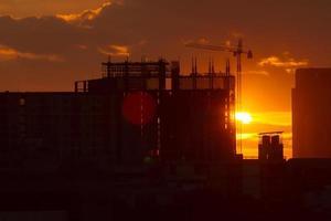 fundo urbano do sol da construção foto