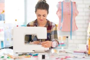 costureira costura em estúdio foto