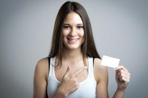 linda mulher segurando um cartão em branco