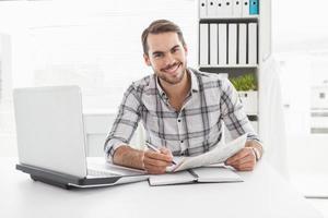 empresário casual, escrevendo no jornal foto