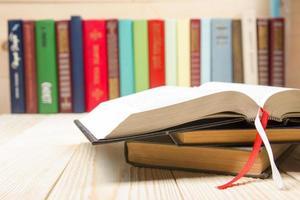 livro aberto, livros de capa dura na mesa de madeira