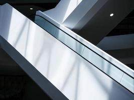 escada rolante na arquitetura moderna foto