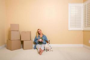 mulher e cachorro relaxantes ao lado de caixas no chão
