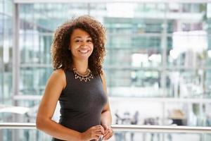 retrato de mulher de negócios americano africano sorridente, cintura para cima foto