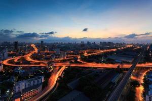 visão noturna de cidade de Banguecoque com a rodovia de tráfego principal, Tailândia foto