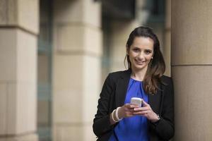mulher de negócios, usando um telefone inteligente.