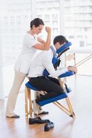 empresário tendo massagem nas costas foto