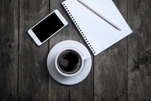 tela em branco preta no telefone e xícara de café foto