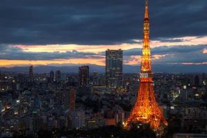 a torre de tóquio em frente ao horizonte de tóquio foto