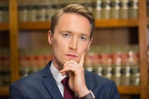 advogado bonito na biblioteca de direito foto
