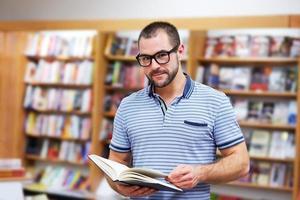 retrato de homem de óculos em uma livraria foto