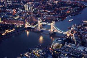 Londres à noite com arquiteturas urbanas e Tower Bridge
