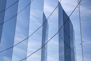 painéis de vidro na fachada do edifício do comércio foto