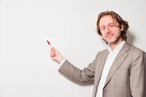 negócios homem cabelos compridos em pé na frente do quadro branco. foto