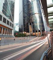 Hong Kong de trilhas leves na estrada em edifícios da paisagem urbana foto