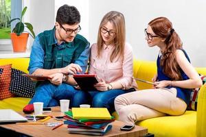 alunos trabalhando no sofá foto