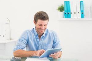 empresário casual usando tablet foto