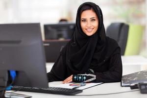 empresária árabe moderna em roupas tradicionais foto