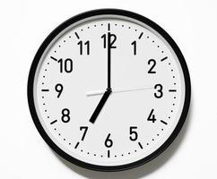 tiro isolado do relógio de 7 horas em fundo branco foto
