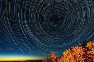 trilhas estrela ao redor da estrela norte foto