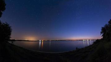 céu noturno no lago