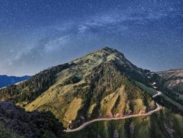montanha sob estrelas