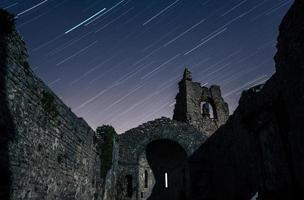 startrail sobre as ruínas da igreja foto
