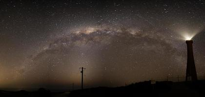 a Via Láctea sobre o farol de Guilderton foto