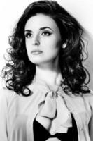 bela jovem morena com cabelos cacheados foto