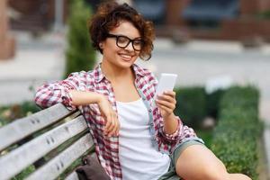 boa garota sentada no banco foto