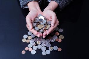 empresária está tendo as mãos cheias de moedas foto
