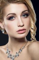 mulher bonita com maquiagem e penteado de noite foto