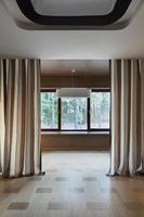 interior da sala vazia com janelas foto