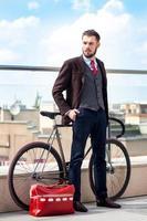 empresário bonito e sua bicicleta foto