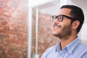 pensativo jovem empresário olhando para longe foto