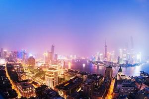 skyline de noite xangai com reflexão, bela cidade moderna foto