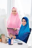 par de senhoras muçulmanas de negócios foto
