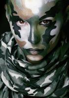 mulher com roupas de estilo militar e maquiagem de pintura no rosto foto