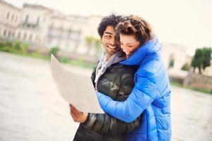 casal de turistas ver mapa da cidade