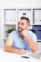 imagem do jovem empresário pensativo com notebook, olhando para cima foto