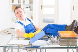 homem desonesto limpador