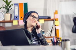 mulher que trabalha em um projeto foto