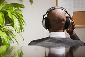 empresário usando fones de ouvido