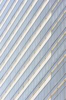 janelas de vidro do edifício na cidade. foto
