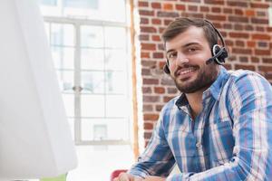 empresário casual usando um fone de ouvido foto