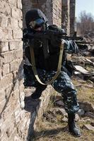 soldado alvejando com espingarda automática